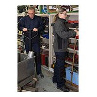 Deux employés portant le vêtement Trekking. Une tenue pour les professionnels de l'industrie.